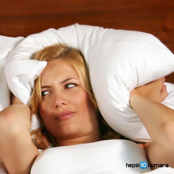 yatakta-mutsuz-kadin